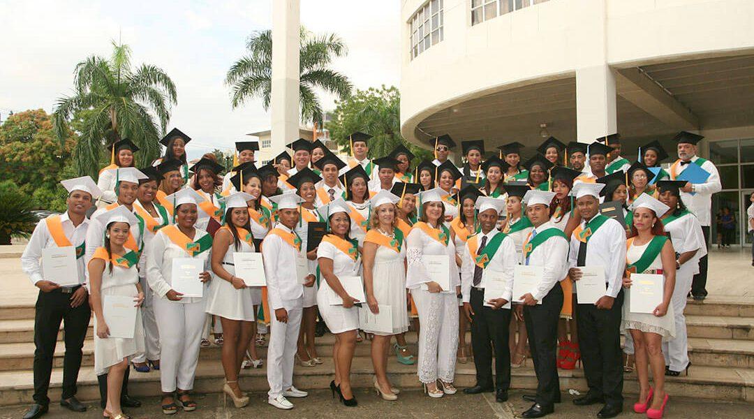 Parte de los graduados de la 7ma. Investidura del INSIMED